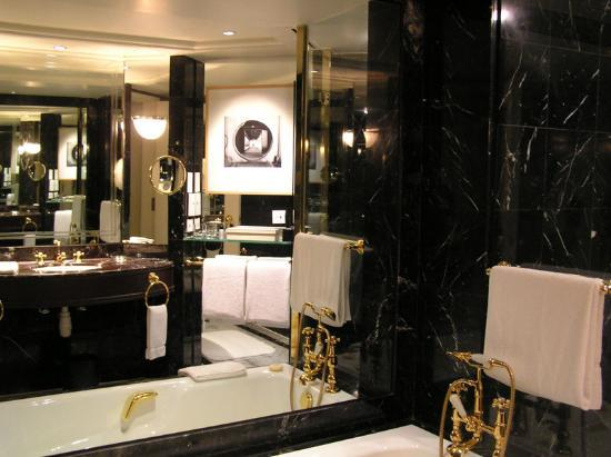 Grand Hyatt Hong Kong Photo: Black marble bathroom
