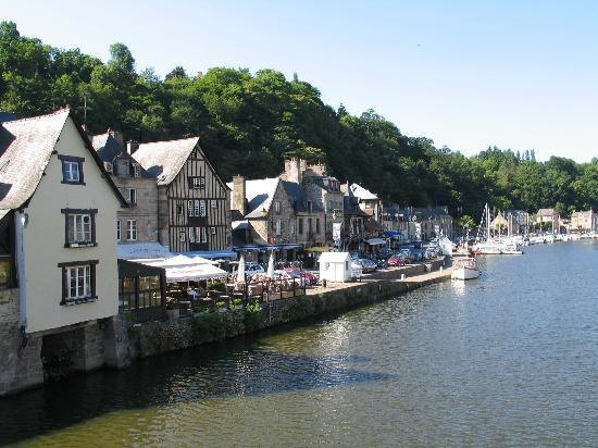 Dinan, Frankreich: The river port area, the hotel is on the opposite bank