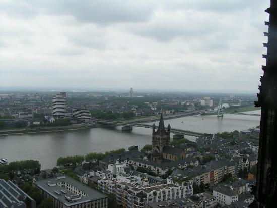 Kolonia, Niemcy: Great view of the Rhine and Cologne from the top of the Cathedral, takes 30 minutes to climb...