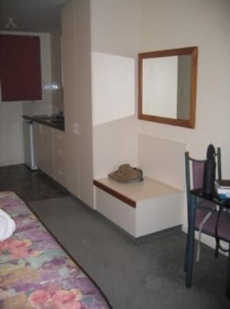 Phoenix Motor Inn: our room and kitchenette