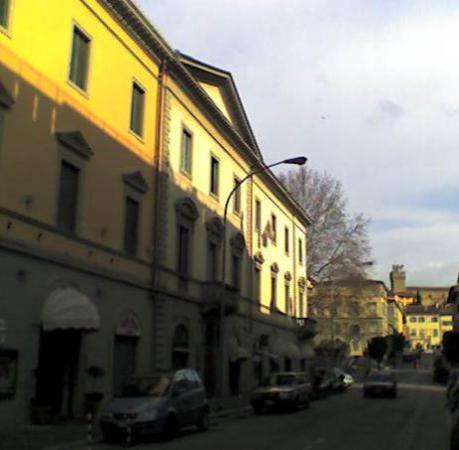 Vogue Hotel Arezzo: the hotel from outside with castle on the right