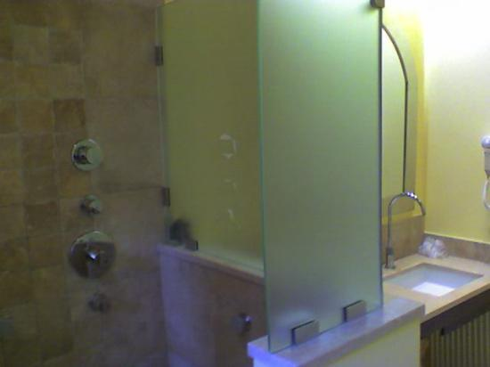 Vogue Hotel Arezzo: the bathroom