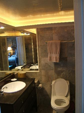 Olivier House: Upgraded bathroom