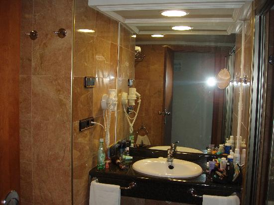 Nice bathrooms picture of gran hotel bali benidorm for Pics of nice bathrooms