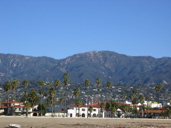 Harbor View Inn: View of the hotel from the beach