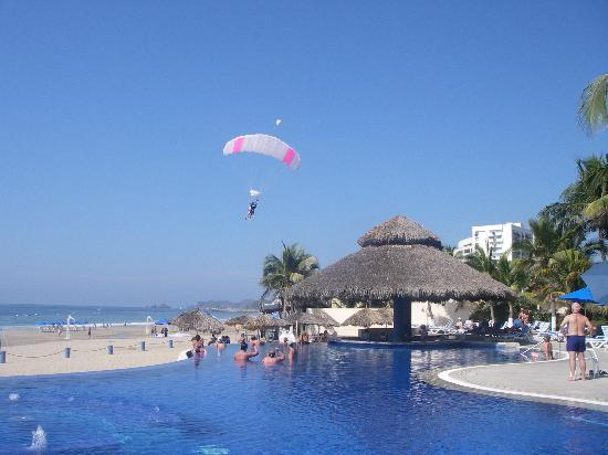 Posada Real Ixtapa: Skydivers landing