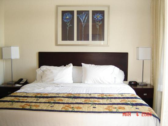 SpringHill Suites Phoenix Glendale/Peoria: The bedroom is separate from the sitting area.