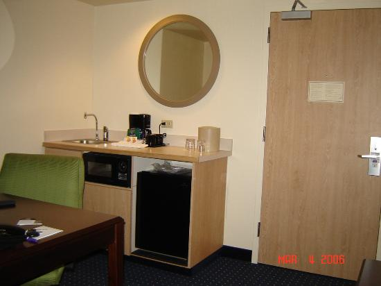 SpringHill Suites Phoenix Glendale/Peoria: The kitchen and desk area had a microwave and refrigerator.