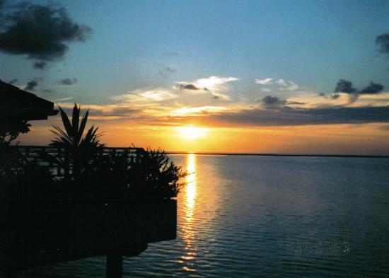 Zuid Ari Atoll: sunset from water bungalow