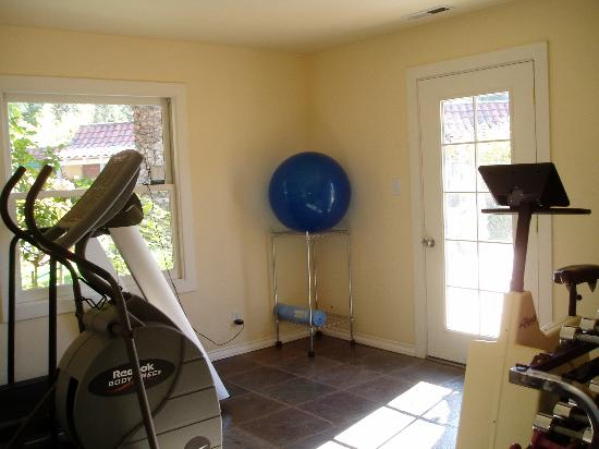 Vineyard Inn Hotel: the fitness room filled with essential equipment for every workout