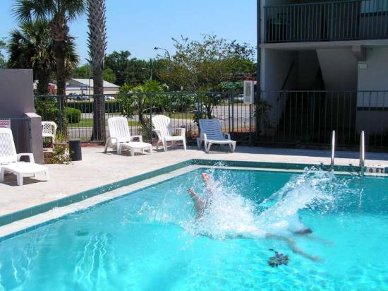 Super 8 Kissimmee Suites: The pool
