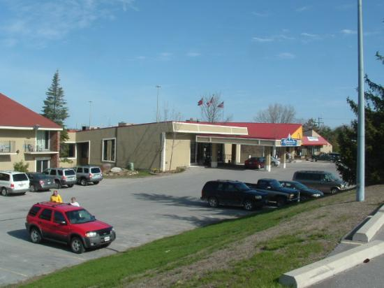 Orillia Highwayman Inn: main entance for inn and restaurant