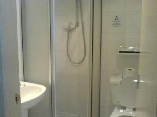 Aberdeen Douglas Hotel: small bathroom