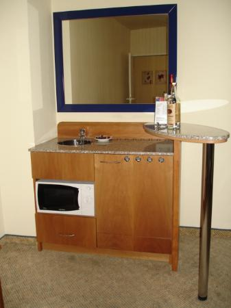 Starlight Suiten Hotel: Mini Bar/Kitchenette