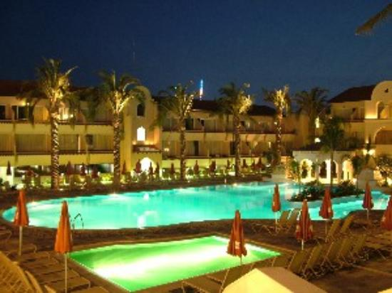 Napa Plaza Hotel: The pool at night - taken with my own camera!!