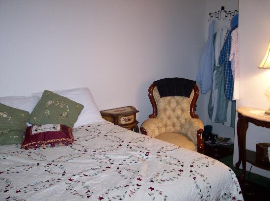 Holly Beach Hotel Bed & Breakfast: queen bed