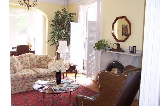 The Inn at Park Spring: Relax in the comfort of this lovely parlor