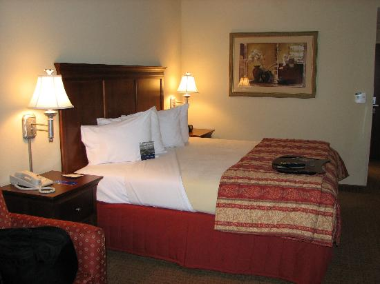 Hampton Inn & Suites Frederick-Fort Detrick: Bed