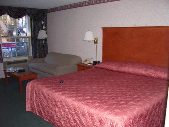 Rocky Waters Motor Inn: Bed and seating area