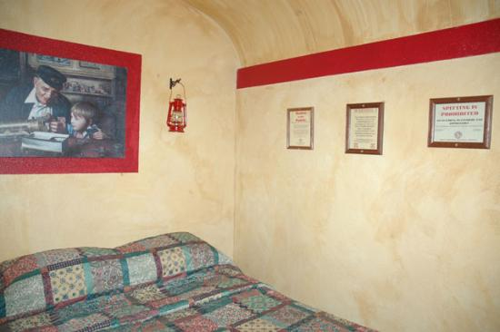 Canyon Motel & RV Park: 'cozy' room