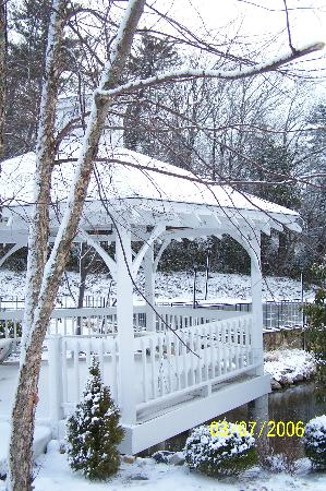 Meadowbrook Inn & Suites: The Gazebo was so pretty with the snow!!