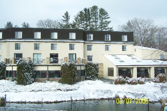 Meadowbrook Inn & Suites: A view of the hotel
