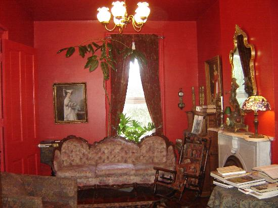 Brownstone Inn Downtown: The sitting area at the Brownstone Inn