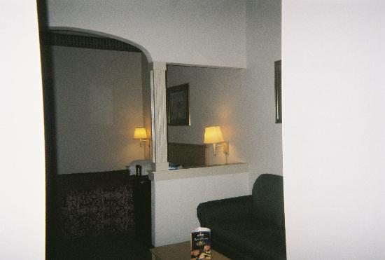 Brentwood Suites Hotel : bedroom area