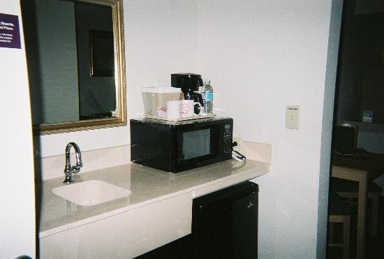 Brentwood Suites Hotel : kitchenette area