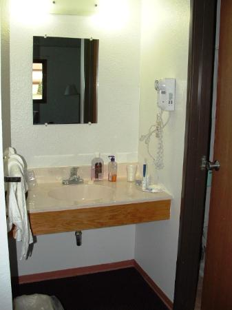 Americas Best Value Inn Brainerd: sink outside bathroom