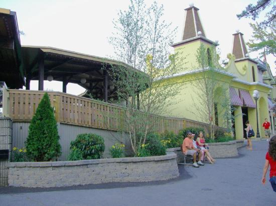Canobie Lake Park: Fun for all the park has upgraded many of there rides to be Handicapped accessible.