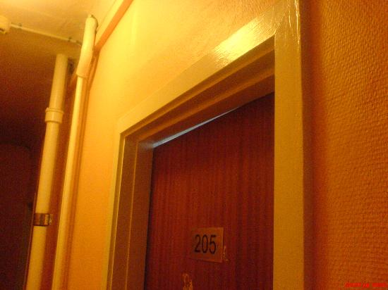 Hotel Euroglobe: doors don't close properly