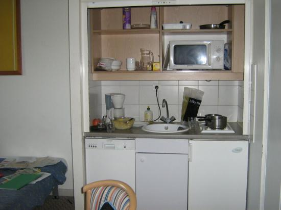 Kitchenette in cupboard picture of adagio access paris for Kitchenette cupboard