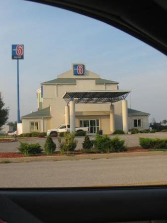 Motel 6 Seymour: The hotel, through a car window - was the best picture I had of the outside.