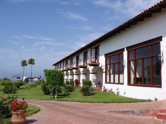 Hotel Hacienda Bajamar: Outside the rooms and partial view of ocean (down a cliff)