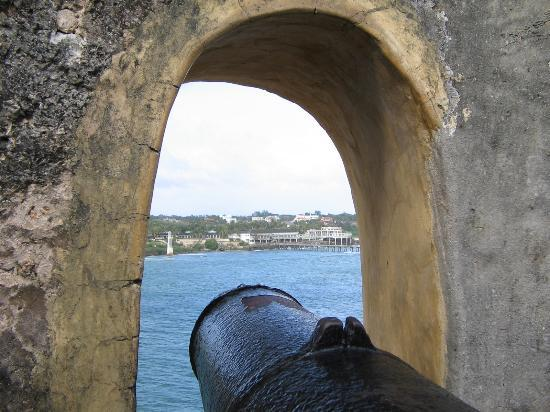 Fort Jesus Museum: A replica cannon at Fort Jesus
