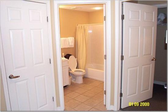 Wyndham Vacation Resorts at Majestic Sun: Hallway &amp; Bathroom (W/D in closet)