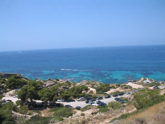 Llucmajor, Spanien: Road from hotel leading to sea (steep  but worth it !)