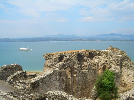 Sirmione, Italien: Part of the Roman ruins at the Grotto