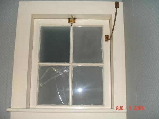 Homestead Motel and Cottages: Bathroom Window