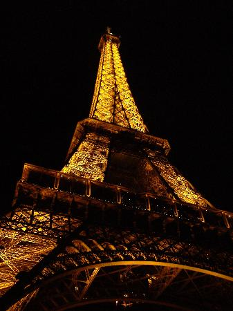 Paris, France : Eiffel tower lit up at night