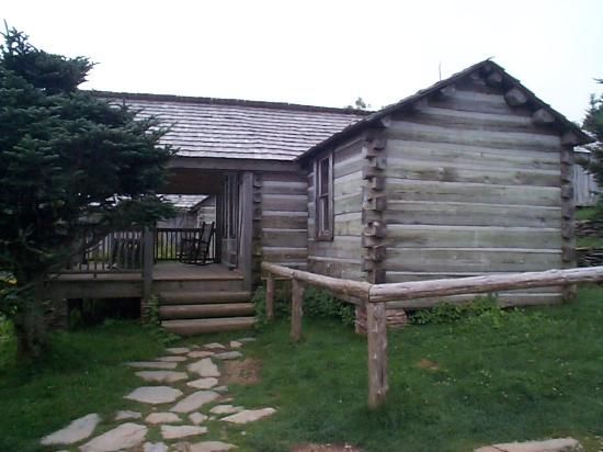 LeConte Lodge: 3 bedroom lodge. there is a common room as well