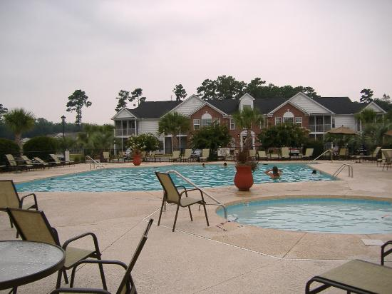 Murrells Inlet, Güney Carolina: Ellington Resort Pool and Parking lot