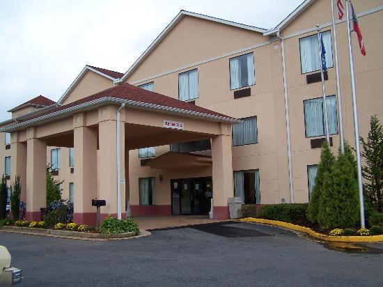 Holiday Inn Express Hiawassee: Main Entrance