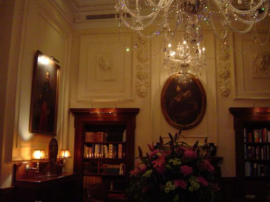 ‪‪Hotel Le St-James‬: Library‬