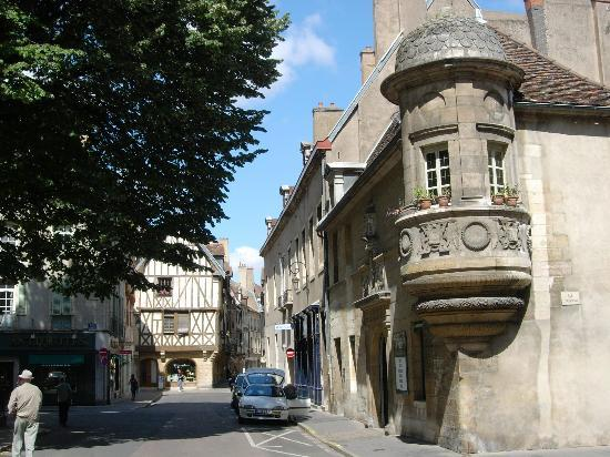 Dijon, Francia: the end of the street near the hotel