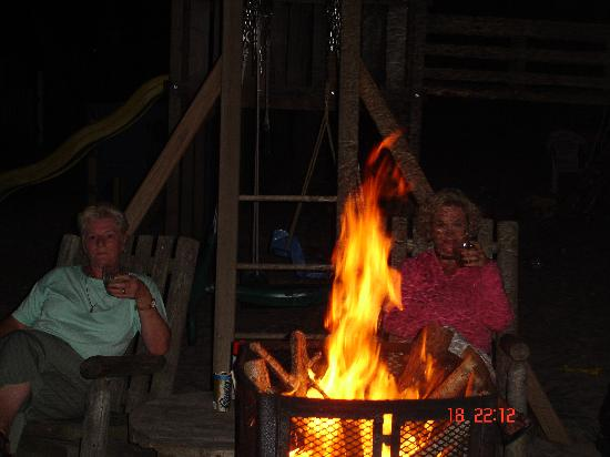Yarmouth Country Cabins: nightly bonfire