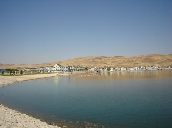 Sparks, NV: Artificial lake behind the hotel