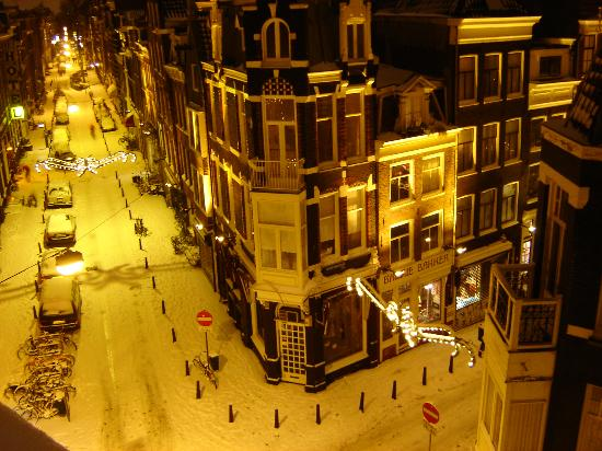 Amsterdam, Pays-Bas : Snowy Dec '05 night from the apt window.