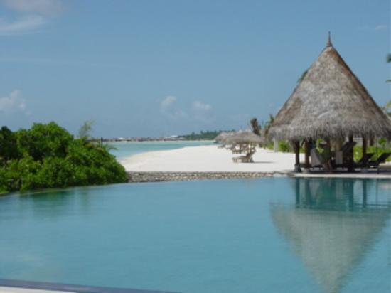 Four Seasons Resort Maldives at Kuda Huraa: Pool and Beach